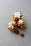 与结冰的曲奇饼在混凝土的圣诞节的 图库摄影