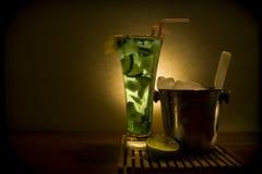 与致冷机的Mojito鸡尾酒 免版税库存图片