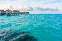 与水别墅的美好的日出在islan热带的马尔代夫 库存图片