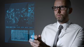 与财务和宏指令经济的未来工作 商人与一个交互式全息照相的屏幕一起使用 智能手机 股票录像