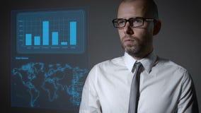 与财务和宏指令经济的未来工作 商人与一个交互式全息照相的屏幕一起使用 股票视频