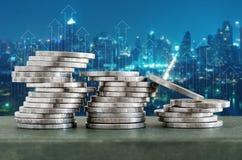 与财务成长上升和都市风景背景的硬币堆 库存图片