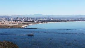 与移动前景的小船的圣地亚哥地平线