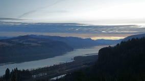 与移动的云彩的五颜六色的日出沿美丽的哥伦比亚河峡谷在俄勒冈Timelapse 股票视频