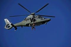 与直升机的查寻和抢救训练 库存照片