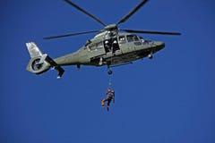 与直升机的查寻和抢救训练 图库摄影