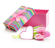 与贺卡和礼物的桃红色郁金香花束 免版税库存图片