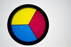 与3原色, &#x28的盘; 黄色、蓝色和red)在白色ba 免版税库存照片