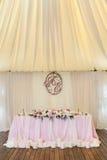 与组合图案的华美地装饰的新婚佳偶桌在它下 免版税库存图片