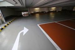 与直向前箭头的空的停车库左边的或 免版税库存图片