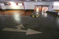 与直向前箭头的空的停车库左边的或 免版税库存照片