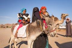 与驴和山羊的当地阿拉伯家庭 图库摄影