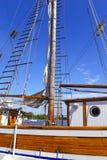 与绳索和帆柱的船舶海场面在一个船坞的一艘船由水 免版税库存照片