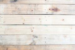 与结和钉眼的难看的东西棕色木墙壁背景 免版税库存照片