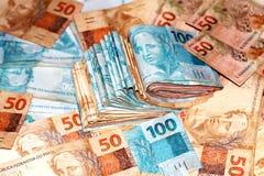 与100和50雷亚尔笔记的巴西金钱包裹 免版税库存图片