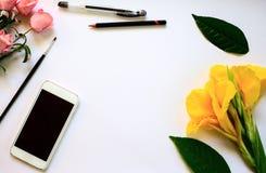 与绘图工具的平的位置桌构成 与花卉装饰的空白页 库存图片