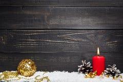 与黑土气木板的红色灼烧的蜡烛 免版税图库摄影