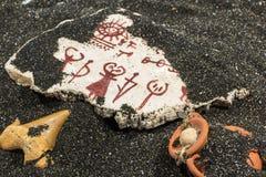 与刻在岩石上的文字的石头在沙子 库存照片