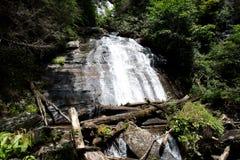 与水坝的瀑布 免版税库存图片