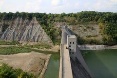 与水坝的风景 免版税图库摄影
