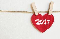 与2017垂悬在晒衣绳的词的红色织品心脏 免版税库存图片