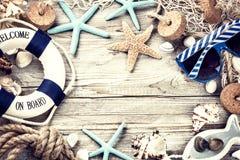 与贝壳和海滩辅助部件的暑假框架 免版税图库摄影
