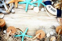 与贝壳和海滩辅助部件的暑假框架 免版税库存图片