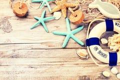 与贝壳和海滩辅助部件的暑假框架 Summe 免版税库存照片