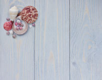 与贝壳的海壁角边界在破旧的木板条 免版税库存图片