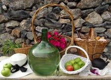 与水壶和苹果的静物画 免版税库存图片