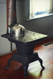 与水壶的生铁火炉 库存图片