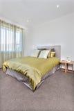 与更多空间的现代床内部在地板上 免版税图库摄影