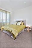 与更多空间的现代床内部在地板上 免版税库存图片