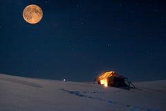 与满天星斗的天空和满月的冬天风景 免版税库存图片