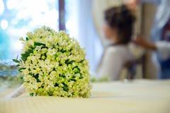 与妻子的婚礼花束backgound的 库存照片