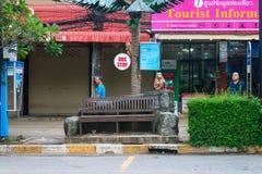 与猴子雕象的公共汽车站在旅游区 免版税库存照片