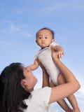 与婴孩的妈妈戏剧 免版税图库摄影