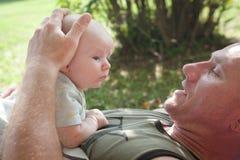 与婴孩的爸爸时间 免版税图库摄影