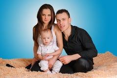 与婴孩的年轻家庭 库存图片