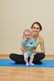 与婴孩的锻炼 图库摄影