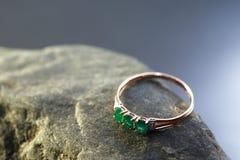 与绿宝石的圆环 免版税库存图片