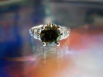 与绿宝石的美好的银色圆环 免版税库存图片