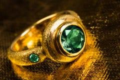 与绿宝石的金戒指 免版税库存图片