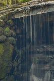 与水小河的老,被放弃的水车和小的瀑布 免版税库存照片