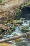 与水小河的老,被放弃的水车和小的瀑布 库存照片