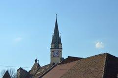 与更小的塔nextt的撒克逊人的塔对它在媒介,罗马尼亚 免版税库存图片