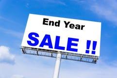 与`结尾年销售`词的白色广告牌 免版税库存照片