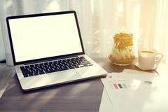 与黑屏的办公室桌在膝上型计算机,咖啡,庭院 免版税库存图片