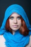与头巾的异乎寻常的女性模型 免版税库存图片