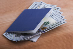 与货币的护照 库存图片